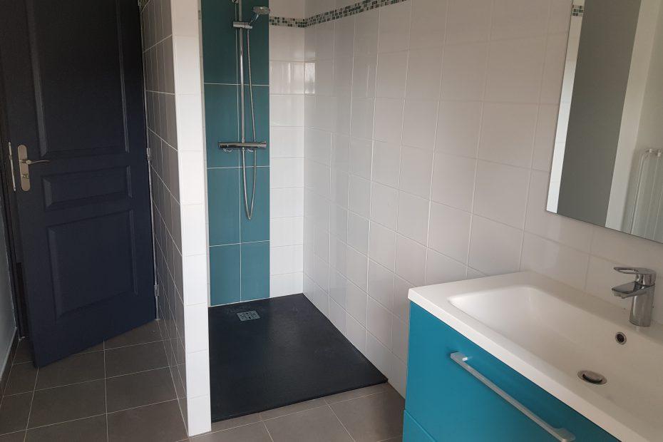 Une salle de bain et 2 WC.