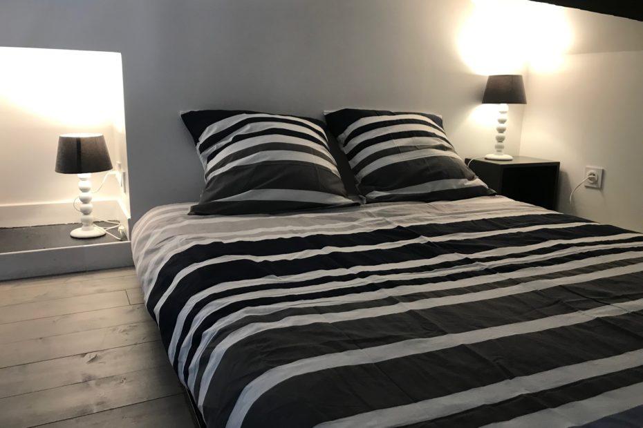 Un coin nuit avec un lit double sur mezzanine, un lit simple et de grands rangements. (1/2)