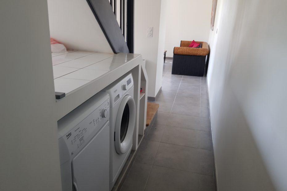 Un espace avec une machine à laver et un sèche linge.