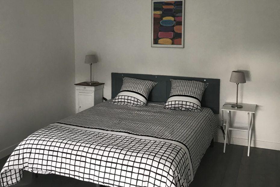 Une grande chambre avec lit double, de grands rangements et un bureau.